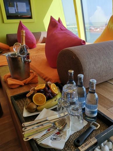 Frisches Obst, Wasser und Prosecco in der Wellness Suite